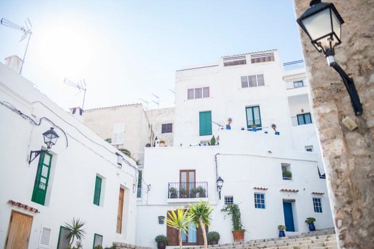 Ibiza di giorno: vista di scalinata e case
