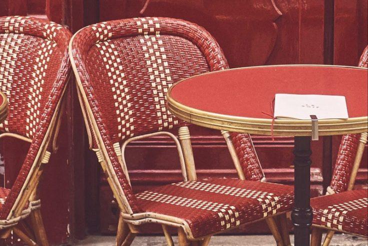 sedie e tavolino vuote di un tipico bistro francese